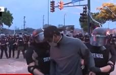 Élőben bilincselték meg a CNN színes bőrű tudósítóját Minneapolisban