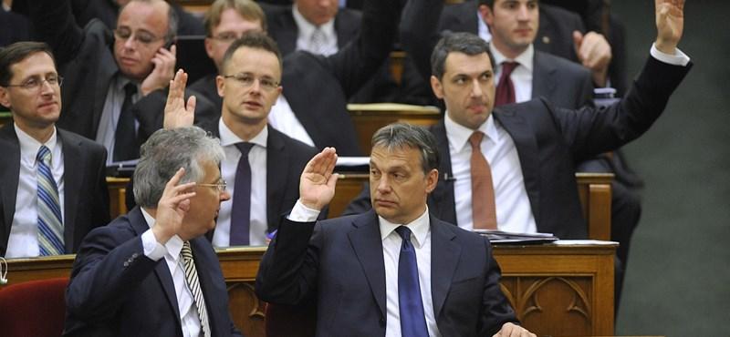 """Kétharmados törvények: ismét Orbán """"osztja a lapokat"""""""
