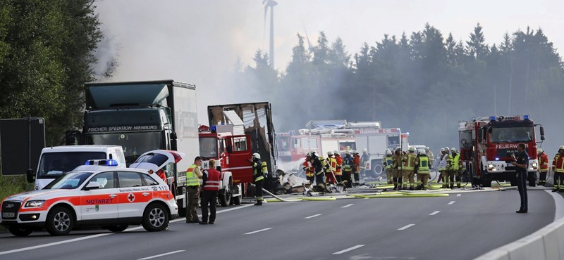 Kiégett egy turistabusz Bajorországban - 18 halott
