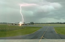 Videóra vették, ahogy guruló repülő mögé csap a villám Új-Zélandon