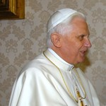 Ferenc pápa és XVI. Benedek kapcsolatát boncolgatja a Netflix