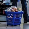 A Tesco hangszórókon figyelmezteti az időseket, ha el kell hagyniuk a boltot