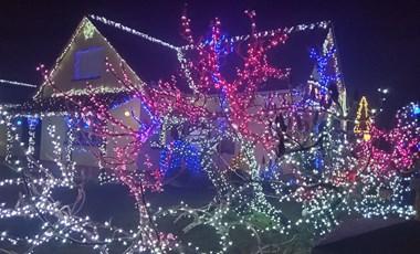 Mint a filmekben: két karácsonyi meseház világítja be a csorvási utcákat - videó
