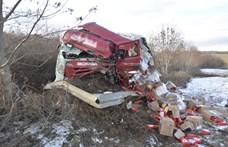 Szinte a felismerésig roncsolódott az M2-es autóúton ütköző kamion és kisteherautó
