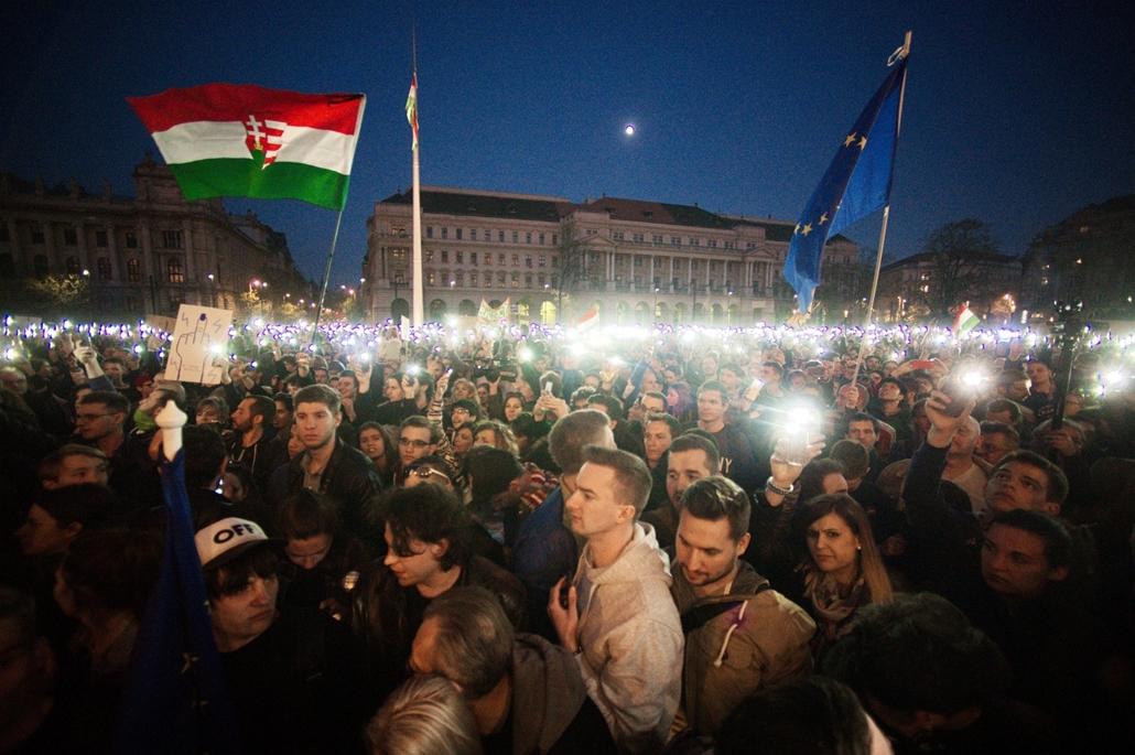 e_! - hvg év képei 2017 nagyítás - fm.17.04.09. - Szabad ország, szabad CEU, szabad gondolat! - Tüntetés a CEU bezárása elen a Kossuth téren április 9-én.