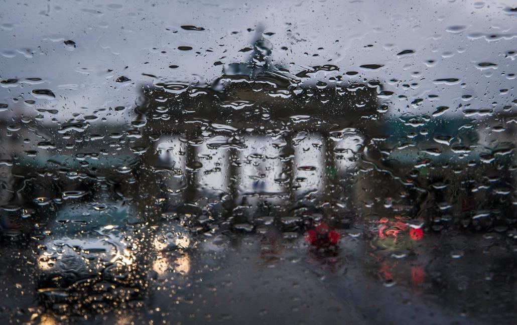 afp.16.04.14. A Brandenburgi kapu körvonalai egy esős napon Berlinben.