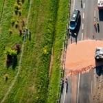 Ragadós baleset: több tonna csokoládé borult egy lengyel autópályára – videó