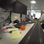 A főnök kitette a lábát, versenypálya lett az irodából - videó