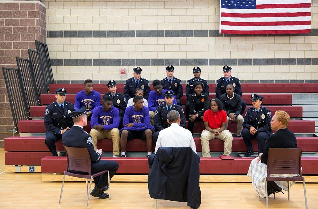 lehetőleg ne - flickrCC_! - 15.05.18. Obama elnök diákokkal beszélget a rendőrök és a fiatalok közti kapcsolatról 2015 májusában, Camdenben.