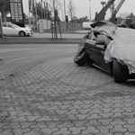 Addig menőzött az udvaron a híresség, amíg csak összetörte a Mercit – videó