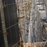 Életveszélyes gödör miatt aggódnak a bulinegyed közepén – fotók