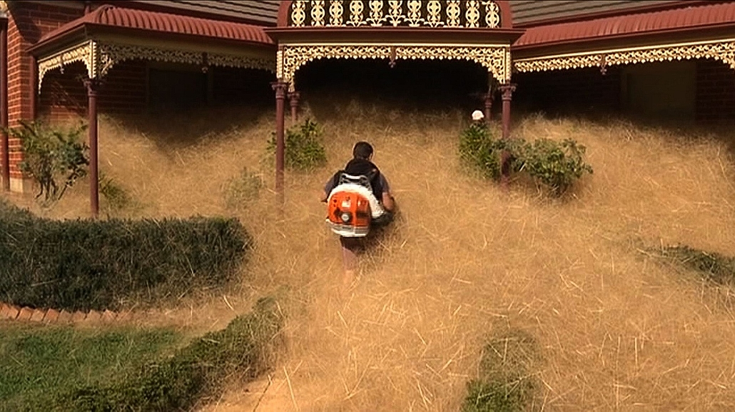 afp. hét képei, hajhullám Ausztráliában, 2016.02.18. This frame grab from video released to AFP from Australian television's Channel 7 on February 18, 2016 shows a man clearing out fast-growing tumbleweed from a home in the town of Wangaratta, 250 kilomet