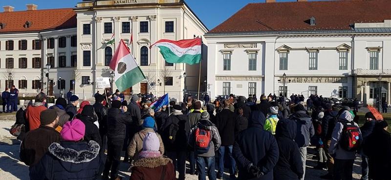 Kis létszámú tüntetéssel köszöntötték Orbán Viktort a Várba költözés alkalmából