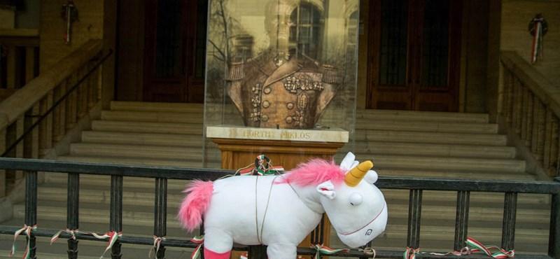 Fotók: Plüssállattal hekkelték meg a Horthy-szobrot a Szabadság téren