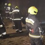 Videó készült arról, hogyan húzták ki a Dunába csúszott autót a tűzoltók