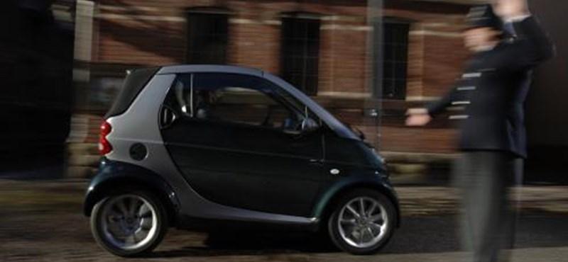 Egy forgószél úgy odébbhajított egy kis Smartot, hogy a benne ülő olasz nő életét vesztette
