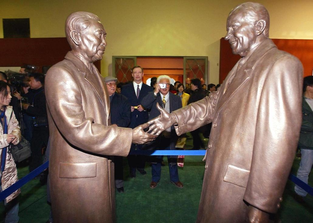 2002.11.20. - Richard Nixon (j) és a Csou En-laj kínai miniszterelnök (b) találkozása szobor formájában, emléket állítva a 30 éves kínai-amerikai kapcsolatoknak - Nixonnagyitas