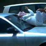 Videó: száguldó autó motorháztetején mobilozik egy őrült arab