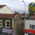 Fotó: háztetőkre zuhant egy hatalmas hőlégballon