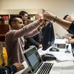 Fotók: Éjjel elkezdték árulni nálunk is az új iPhone-okat