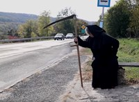 """""""Ne adj esélyt a kaszásnak!"""" – a halálnak öltözött Badár Sándorral kampányol a rendőrség – videó"""