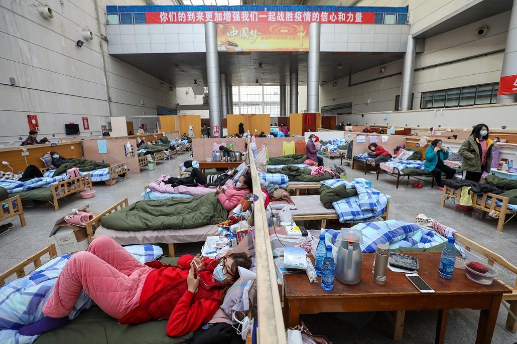 mti.20.02.22. koronavírus, kína, Betegek pihennek egy vuhani tornacsarnokban kialakított ideiglenes kórházban 2020. február 21-én.