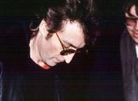 38 éve halt meg John Lennon – újra az utolsó kép a zenészről és gyilkosáról