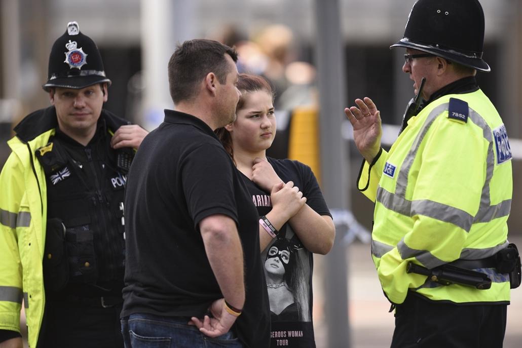 afp.17.05.23. - Hozzátartozók a manchesteri robbantás után rendőrökkel. Manchesteri robbantás terrortámadás