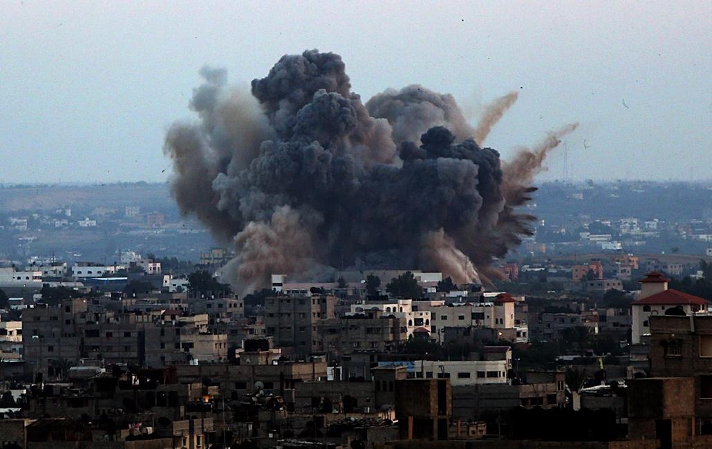 epa.14.07.08. - Gáza: Izraeli légicsapás Gázában - az izraeli hadsereg hadműveletet indított a Gázai övezet ellen az ottani palesztin fegyveresek Izrael elleni rakétatámadásainak leállítására.