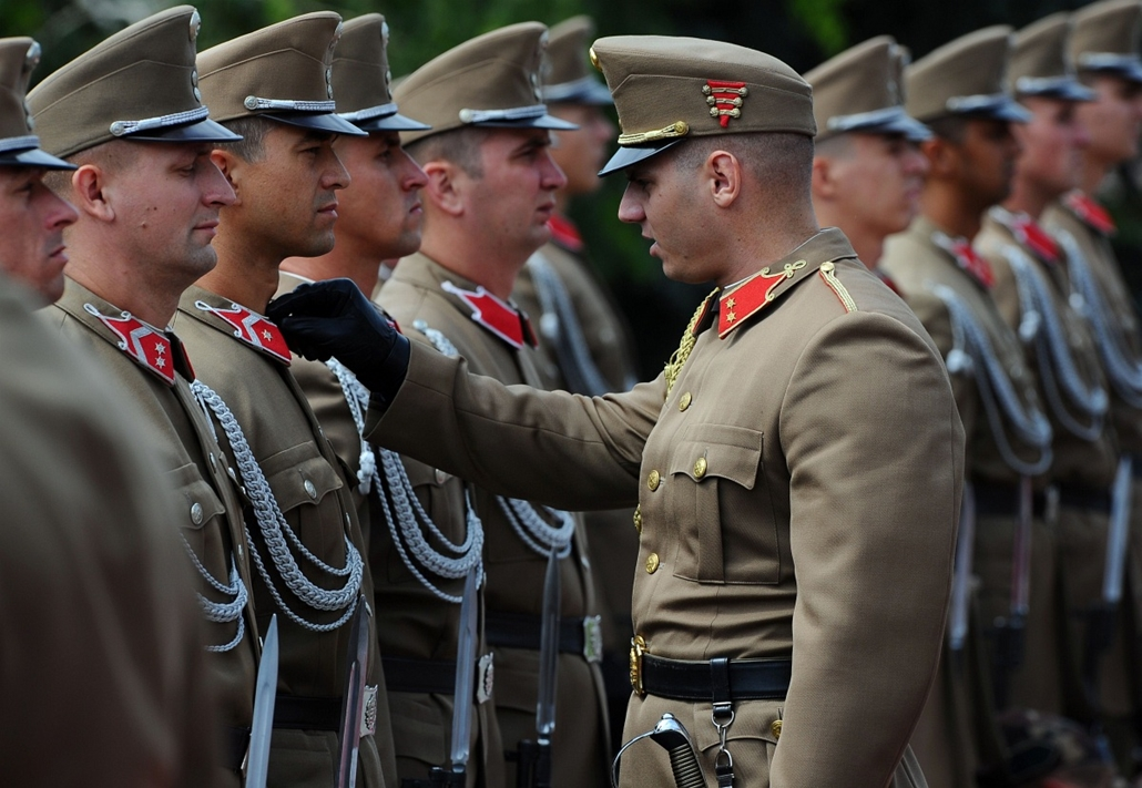 afp. a hét képei 0616-0621 - 2014.06.18. Budapest, Magyarország, A commander of the honor guard adjusts the uniform of a soldier prior a welcoming ceremony for Turkmenistan's President at the presidential palace as he meets his Hungarian counterpart in Bu