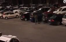 Döbbenten nézték végig az ablakból, ahogy egy férfi ötvenhat kocsinak betöri az ablakát – videó