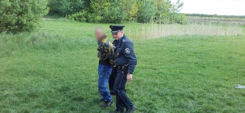 Felnivel dobálta a rendőröket a menekülő autó utasa