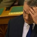 Orbánt, Lázárt tüntetők várták a kormányablaknál
