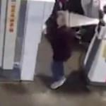 Kisebb csoda, hogy ebből a benzinkutas manőverből nem lett komoly baleset – videó