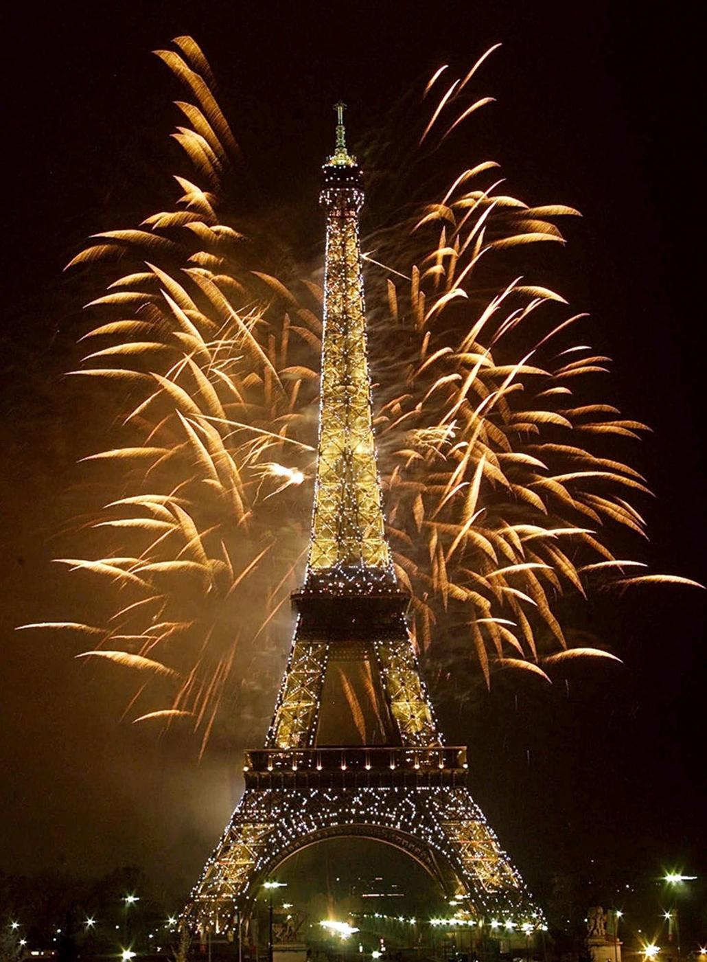 Tűzijáték világítja meg az Eiffel tornyot az évezredfordulón.