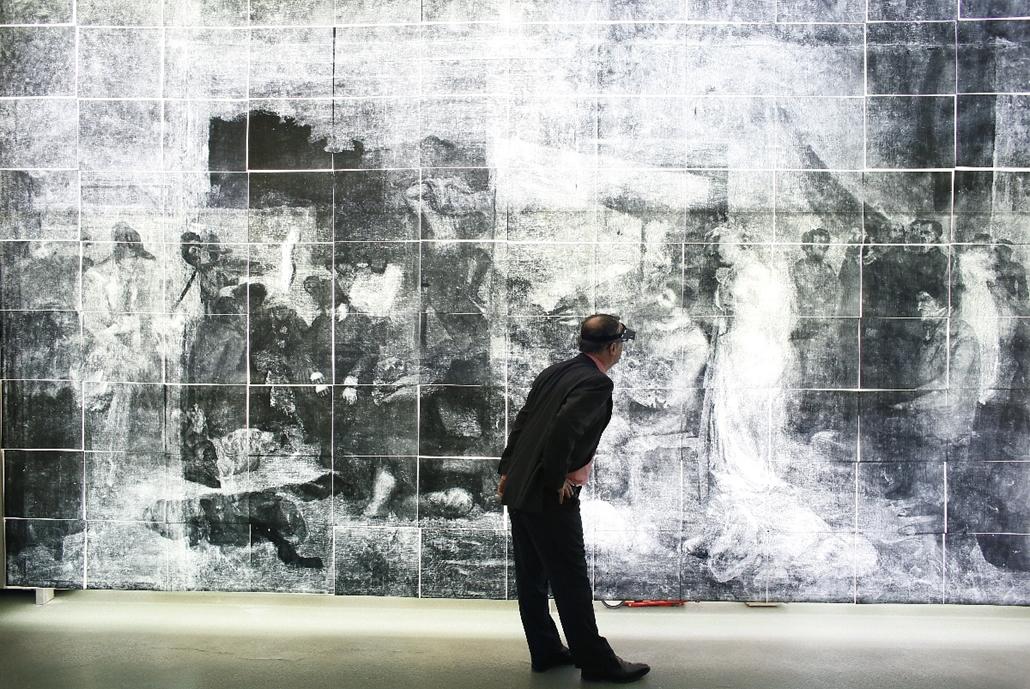 afp.14.12.01. - Párizs, Franciaország: - Bruno Mottin, a francia múzeumok kutatási és restaurálási központjának vezető kurátora vizsgálódik Gustave Courbet egyik festményének röntgenképe előtt - 7képei, évképei
