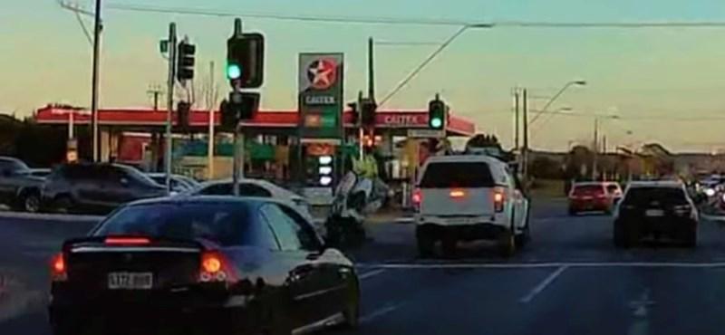 Nem adta meg az elsőbbséget az autós, elütötte a motoros rendőrt – videó