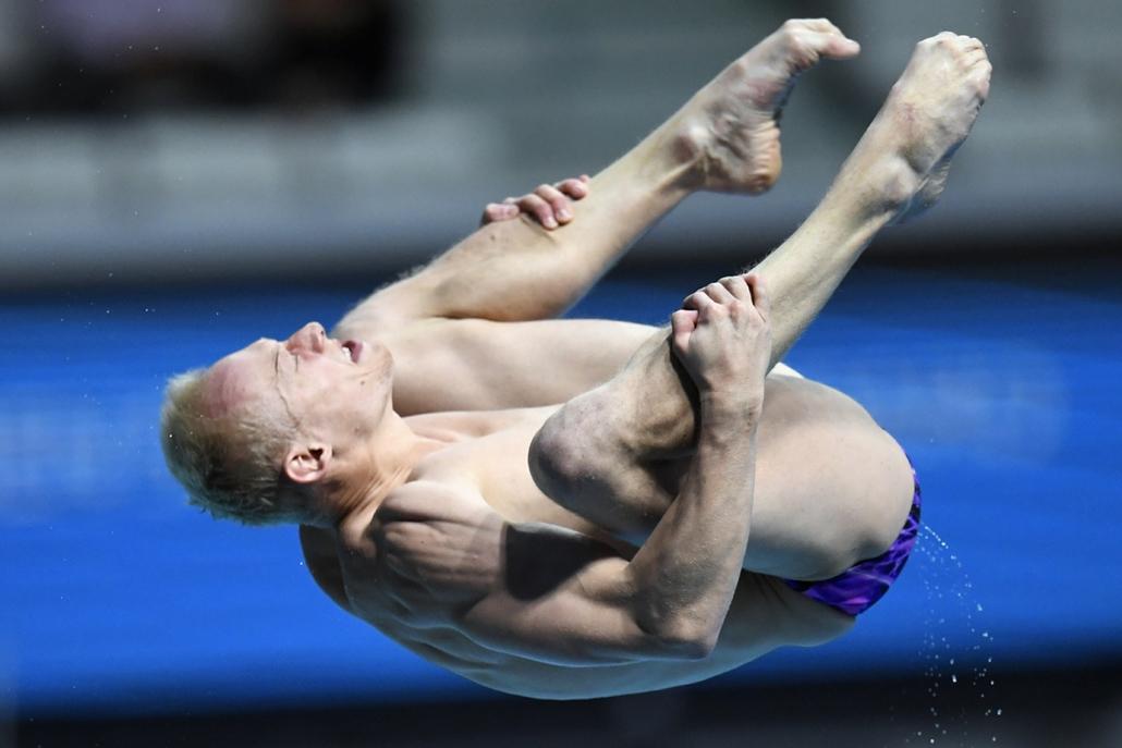 afp.17.07.20. - Az orosz Ilia Zakharov a férfiak 3 méteres műugrás versenyén