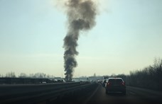 Az M0-son autó lángolt, az M1-esen kamion balesetezett - videó