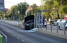 Villamosmegállót zúzott össze egy Audi Kispesten - fotó