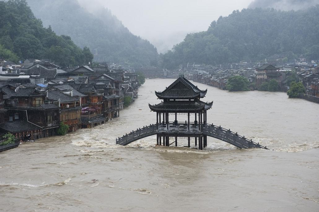afp.14.07.15. - Fenghuang, Hunan tartomány, Kína: felhőszakadás után - elöntött híd az ókori városban. A sűrű esőzés több mint egymillió embert érintett. - 7képei, árvíz