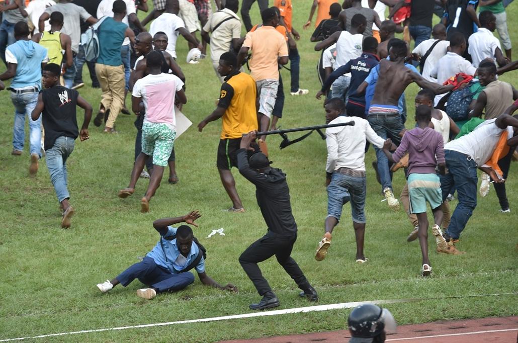 afp.14.11.19. - Abidjan, Elefántcsontpart: rendőri akció az Afrikai Nemzetek Kupáján - 7képei nagyítás