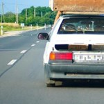 Még egy szekrény elfért volna: itt a mórahalmi autós, aki egy totemoszlopot vezetett