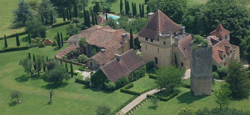 Csodás, 12. századi francia kastélyt vehet most