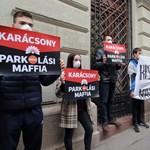Parkolási maffia – köszöntötték Puzsér aktivistái a programját bemutató Karácsonyt