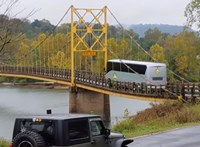 Nem tartotta be a súlykorlátozást a busz, majdnem leszakadt alatta a híd – videó