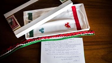 """Orbán Viktor maszkot kapott a """"sárdobálók ellen"""""""