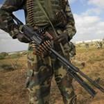 Iszlamista harcosok egy börtönben átvágták egy brit kiképző torkát