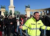 Hétfőn is volt tüntetés a Hősök terén, a rendőrség megbírságolta a résztvevőket