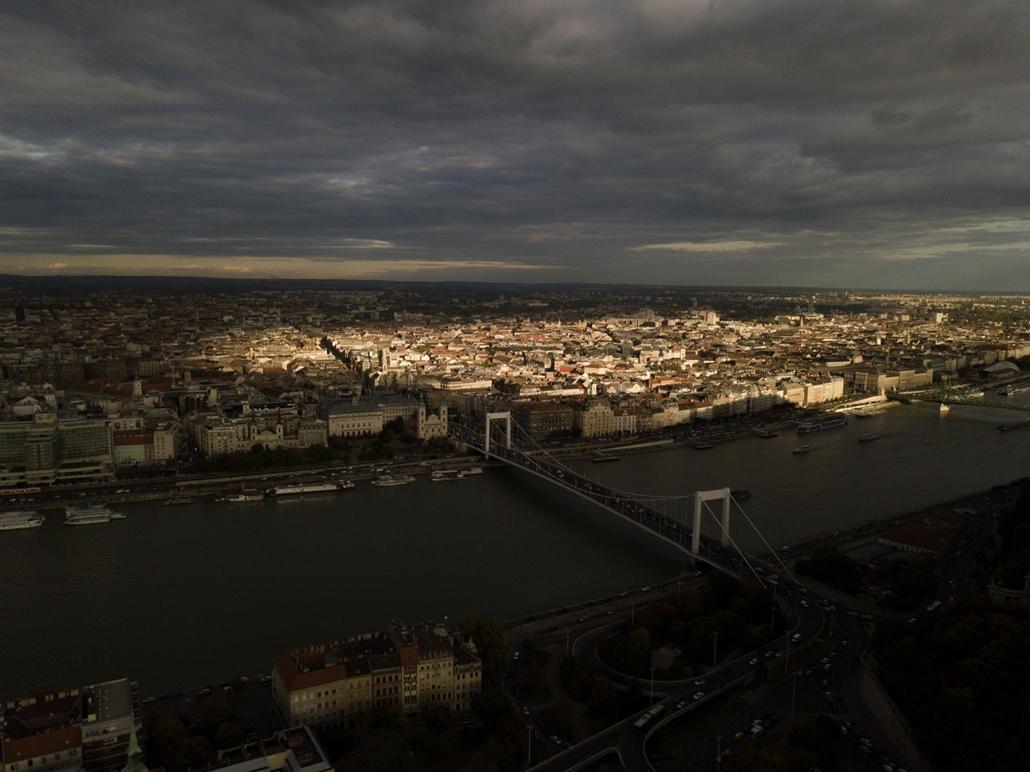 e_! - hvg év képei 2017 nagyítás - csm.17.10.11. - Őszi naplemente Budapesten drónnal fotózva a Tabán felett október 11-én.